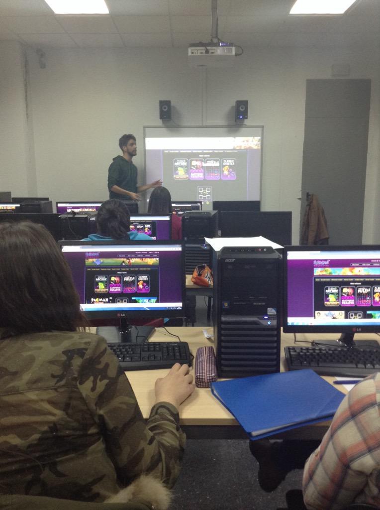 #VJunex conociendo #sploder @joguerraa #gamedesign #edutainment #gamification http://t.co/YEIZ5CECTj