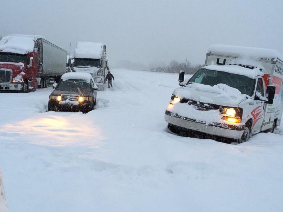 Heavy snow strands hundreds of vehicles along interstates in Kentucky http://t.co/PFnK4fK6SY http://t.co/H9BqVAR6oY