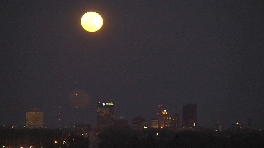 WOW!  Beautiful full moon rising over Toledo.  What a sight!  Check out the evening sky if you can... http://t.co/mHljVvx2Ag