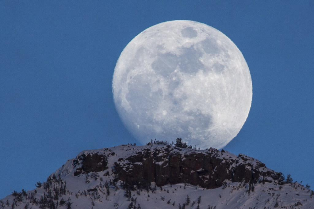 WOW! #Fullmoon over @YellowstoneNPS by Jacob Frank http://t.co/ZSkbFpq2nH