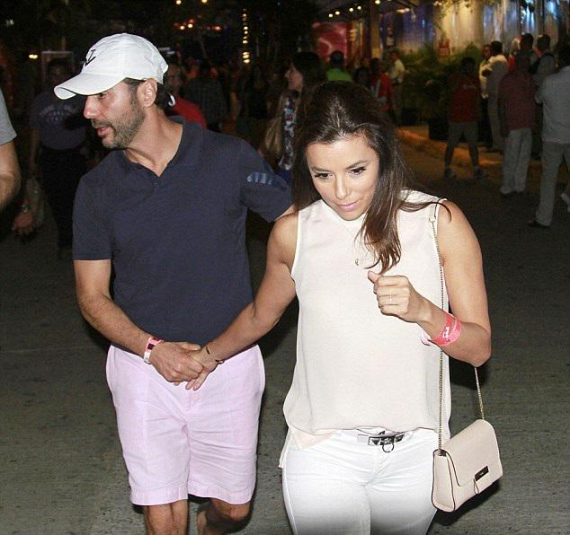 """@BerriGoldfarbPR: .@EvaLongoria in Mexico with her man, rocking her @GERARD_DAREL Lipp bag! http://t.co/WbZdyzKgui"" i ❤️This purse!!!"