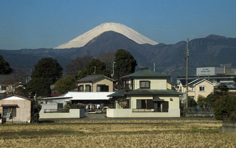 「ブーメラン富士」 小田急小田原線が足柄平野に入ると富士山と矢倉岳の関係がとても興味深く、見飽きることがありません。http://t.co/cIpR33QeiN http://t.co/CEY31wM1tB