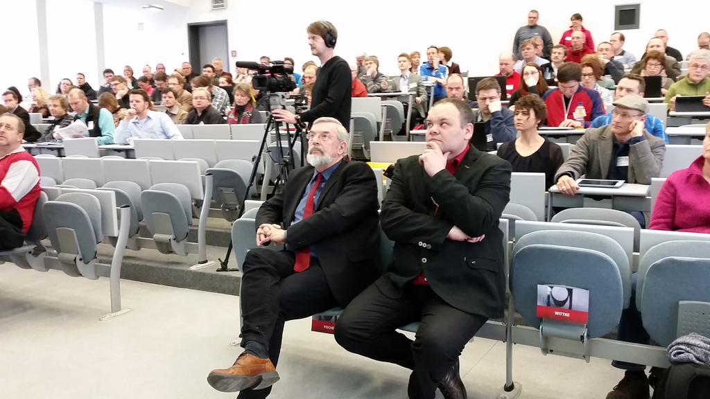 Staatssekretär Fischer und Keynotesprecher @mebner bei der #MootDE15 und ich darf daneben sitzen :-) http://t.co/mttdryrqwv