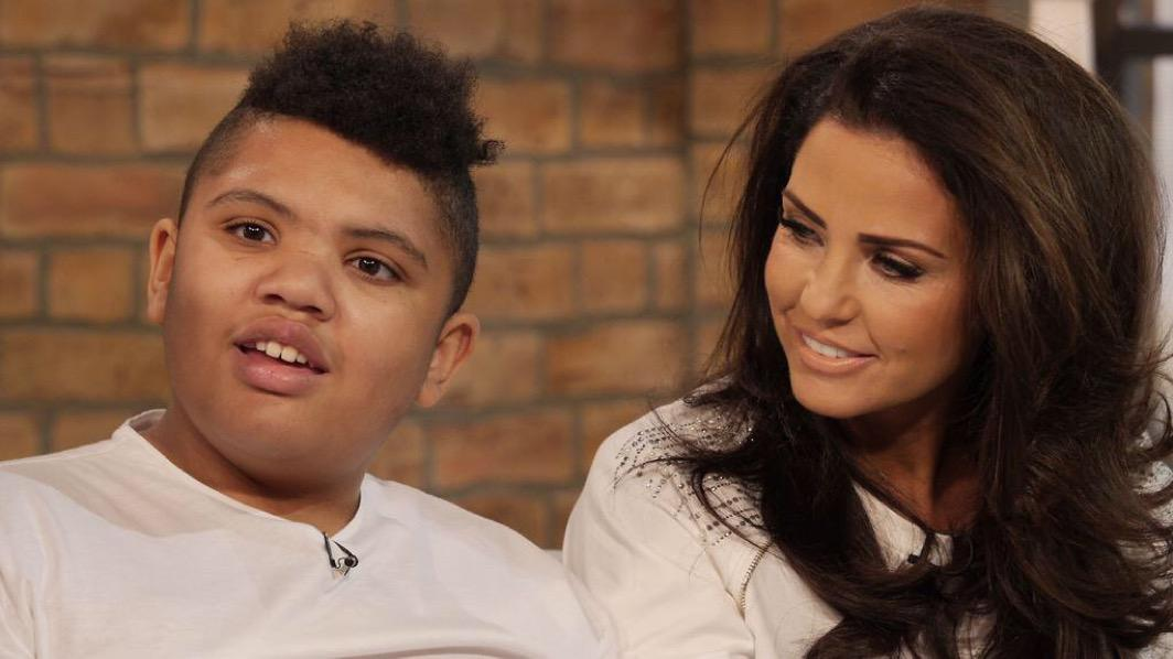 If you want to see what love looks like this pic says it all... @MissKatiePrice & her son Harvey....top boy x http://t.co/G31nkkA7AW