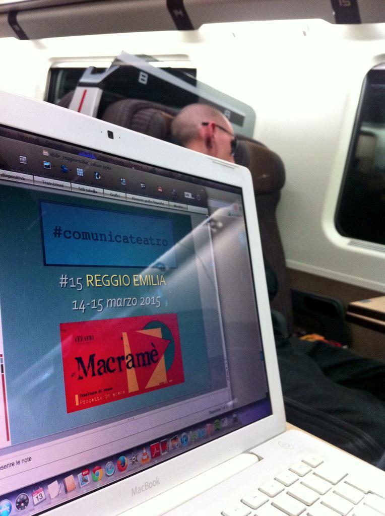 Il rituale dell'aggiornamento delle slide sul treno verso #comunicateatro REGGIO EMILIA domani e domenica per Macramè http://t.co/oojrCxmVbz
