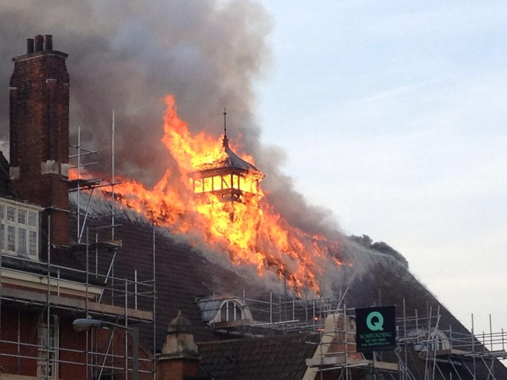 @GillianWarrior  RT @RichardDufty: Terrible news. @battersea_arts is on fire. The Grand Hall roof http://t.co/XawzrxWVIK
