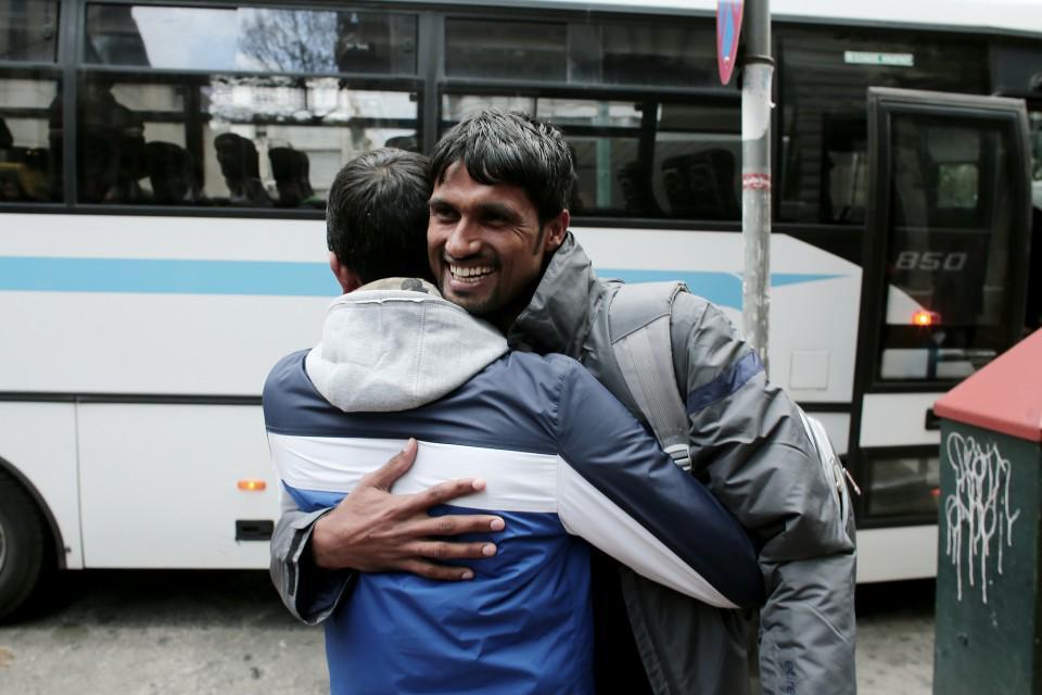 Η πιο ωραία φωτογραφία της άνοιξης. ΜΤ @PopagandaGR Μετανάστες από την Αμυγδαλέζα στην Ομόνοια http://t.co/fPLQUF6G0L http://t.co/adGaB9llQU