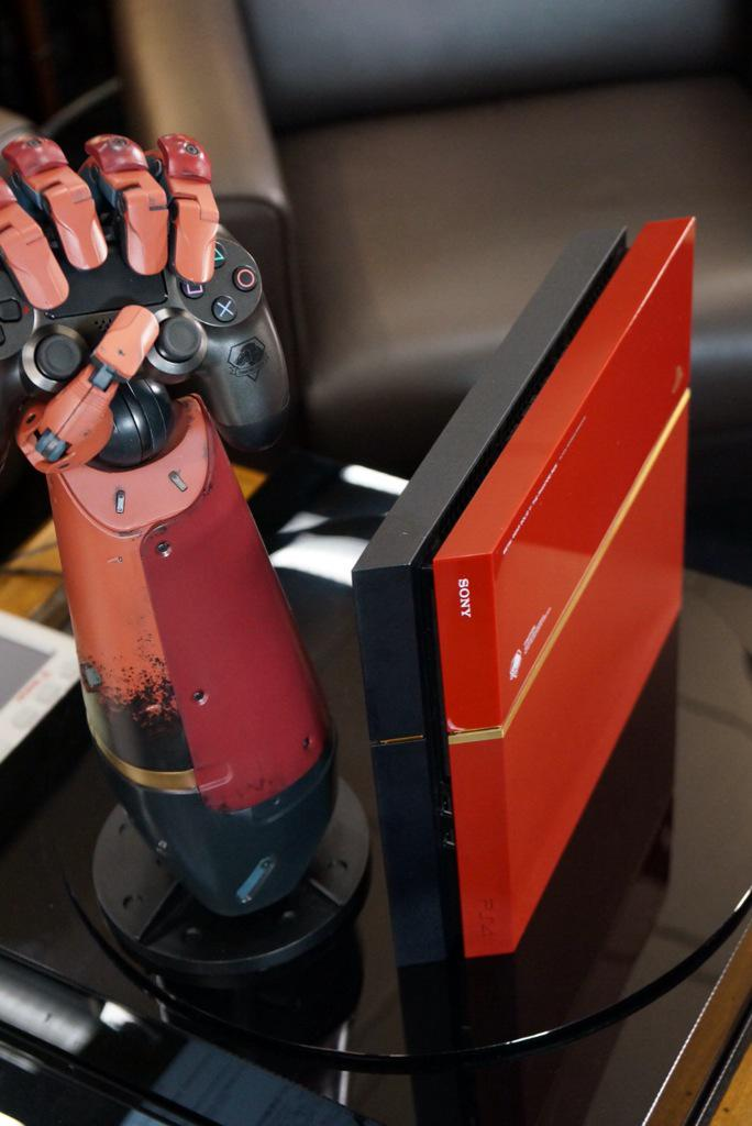 Hideo Kojima Shows Discarded Metal Gear Solid V PS4 Prototypes; JP Store-Specific Bonuses Revealed B_ddgY4UYAA0MuA