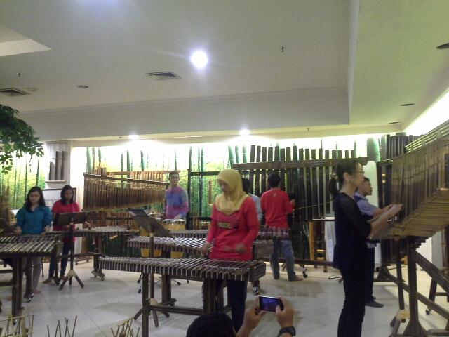 A japanese woman learn how to play angklung right now at @RumahAngklung jgn mau kalah anak indonesia! http://t.co/yuIvki0V6D