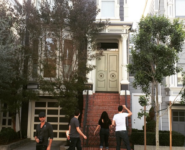 Turn around! John Stamos was outside the #FullHouse home and everyone failed to notice him. http://t.co/0NBZXKY8QA http://t.co/hBfB6scZ2a