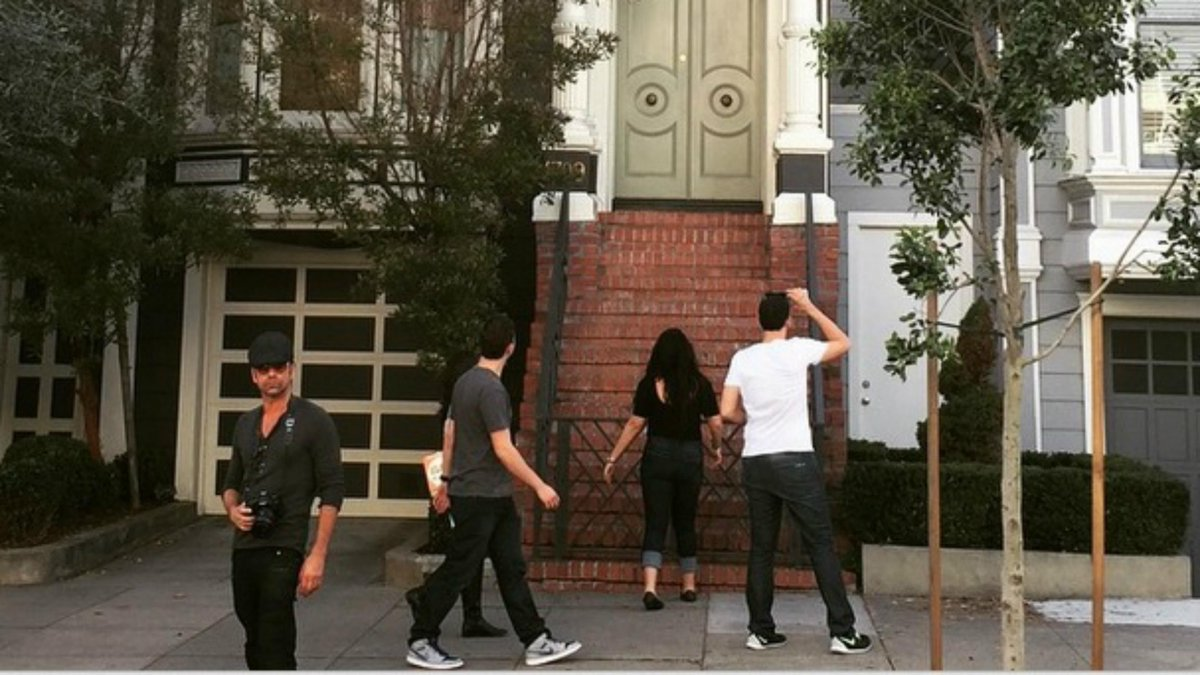 "John Stamos visited the ""Full House"" home, but somehow these fans didn't notice! http://t.co/x2PWLiN4Vd http://t.co/GUktzH2vDB"