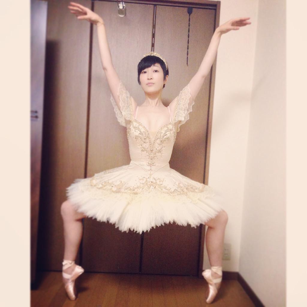 【おまけ】 元画像と、完成品をどうぞ。  実家で昔着たバレエの衣装を掘り起こして 撮りました。  久保先生、素敵にしてくださりありがとうございます。 http://t.co/ElZJeNeGmY
