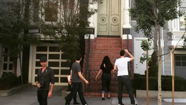 Actor John Stamos visits the San Francisco house featured in his 80's tv show #FullHouse.http://t.co/Jzyp3PAGFH http://t.co/FW4L1OGYYb