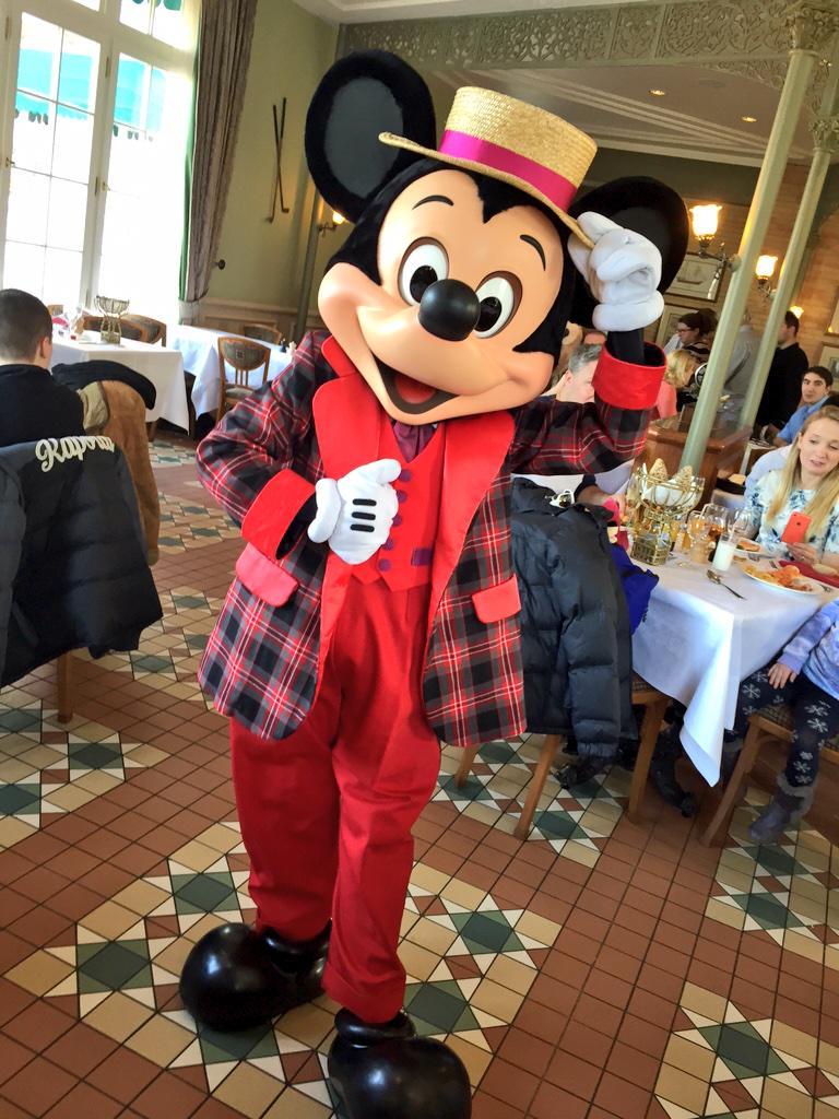 Brunch domenicale al Disneyland Hotel - Pagina 4 B_lWf36U8AA0HNV
