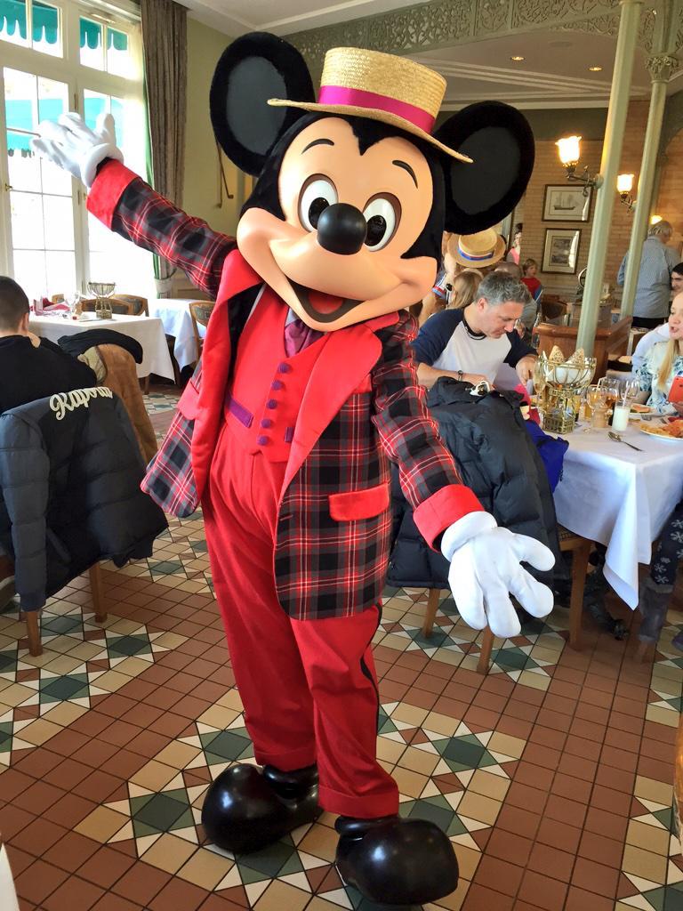 Brunch domenicale al Disneyland Hotel - Pagina 4 B_lWf3nUYAAxtfM