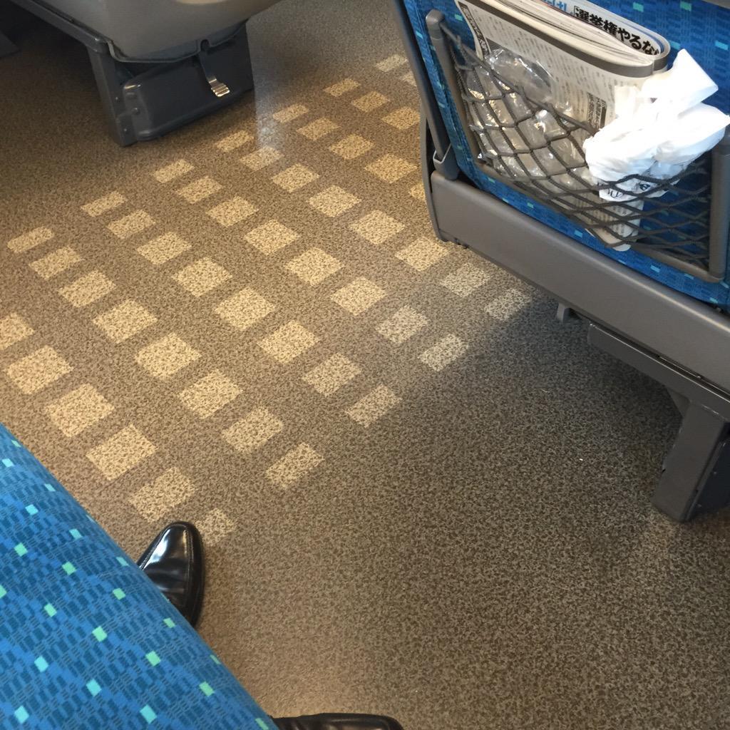 東海道新幹線のB席(3列シート中央)に乗りました。通路側に座ったおじ様はホテルの名入りのタオル地スリッパを履いて雑誌を読みくつろいでおられました。うとうとしていたらおじ様は新横浜で降りられたようです。立派な革靴を残して。 http://t.co/QHDKQZUhHs
