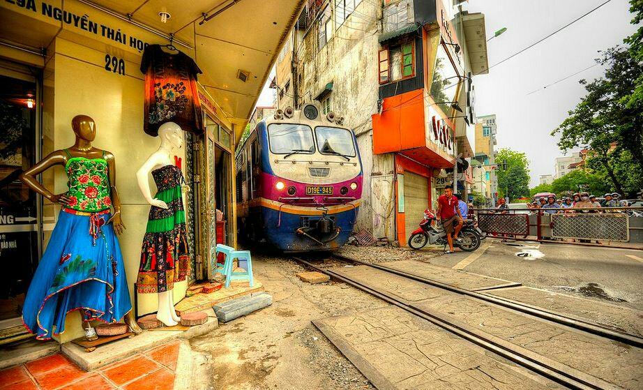 RT @Tunnelbreeze: Trains on your doorstep in #Hanoi #Vietnam - http://t.co/mxCApLLuwd - http://t.co/Vd5LCRzYrJ