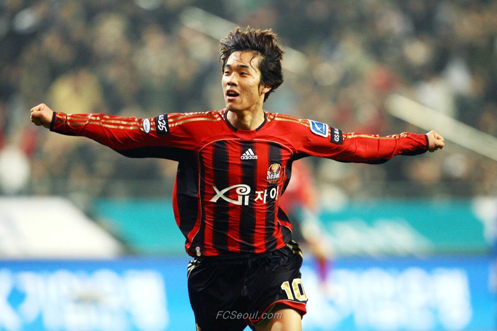 [오피셜] FC서울은 박주영의 영입을 발표했습니다. 계약기간은 3년입니다. http://t.co/p2jir37fAq