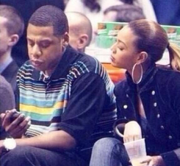 "LMFAO""@babi_msoto: Beyonce was so into what Jay-z was texting that she started to eat her drink http://t.co/YsxSKRbs4u"""