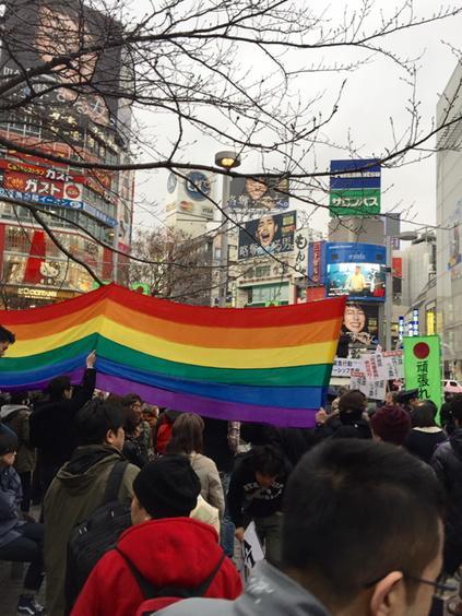 ハチ公前。渋谷区同性パートナーシップ条例に反対の街宣する「頑張れ日本!」に皆で大抗議中。 http://t.co/66X2QTM5tm