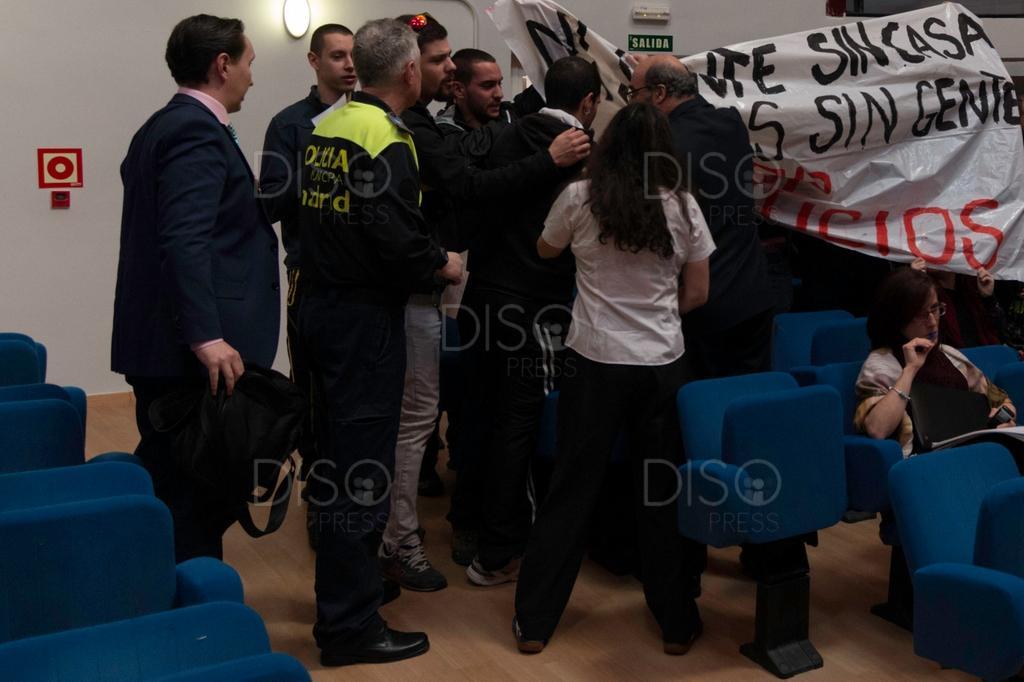 15 detenidos de D14 y 3 de @Frente202 por protestar en el pleno de Moratalaz http://t.co/VsiNpLk3fK #YoTambienSoyD14 http://t.co/zksg9ts96F
