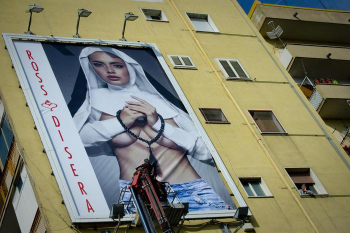 В Неаполе Папу Римского готова встретить полуголая рекламная монашка