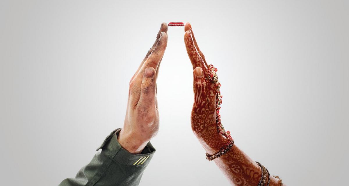 "Notre campagne ""Together"" pour @cocacola c'est aussi du outdoor. #nologo #noproduct #nobranding ;) http://t.co/cykfzZ4f43"