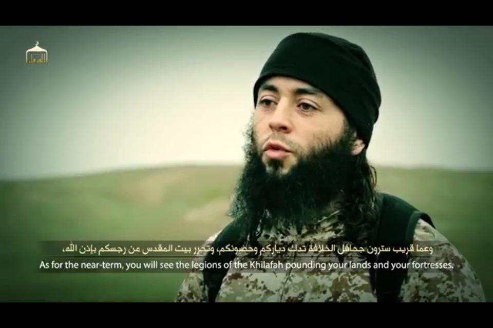 الدولة الإسلامية مع إعدام جاسوس الموساد ترسل رسالة: إن لم نصلكم نحن، فسيصلكم أشبالنا B_wpI8oWEAAW4vO