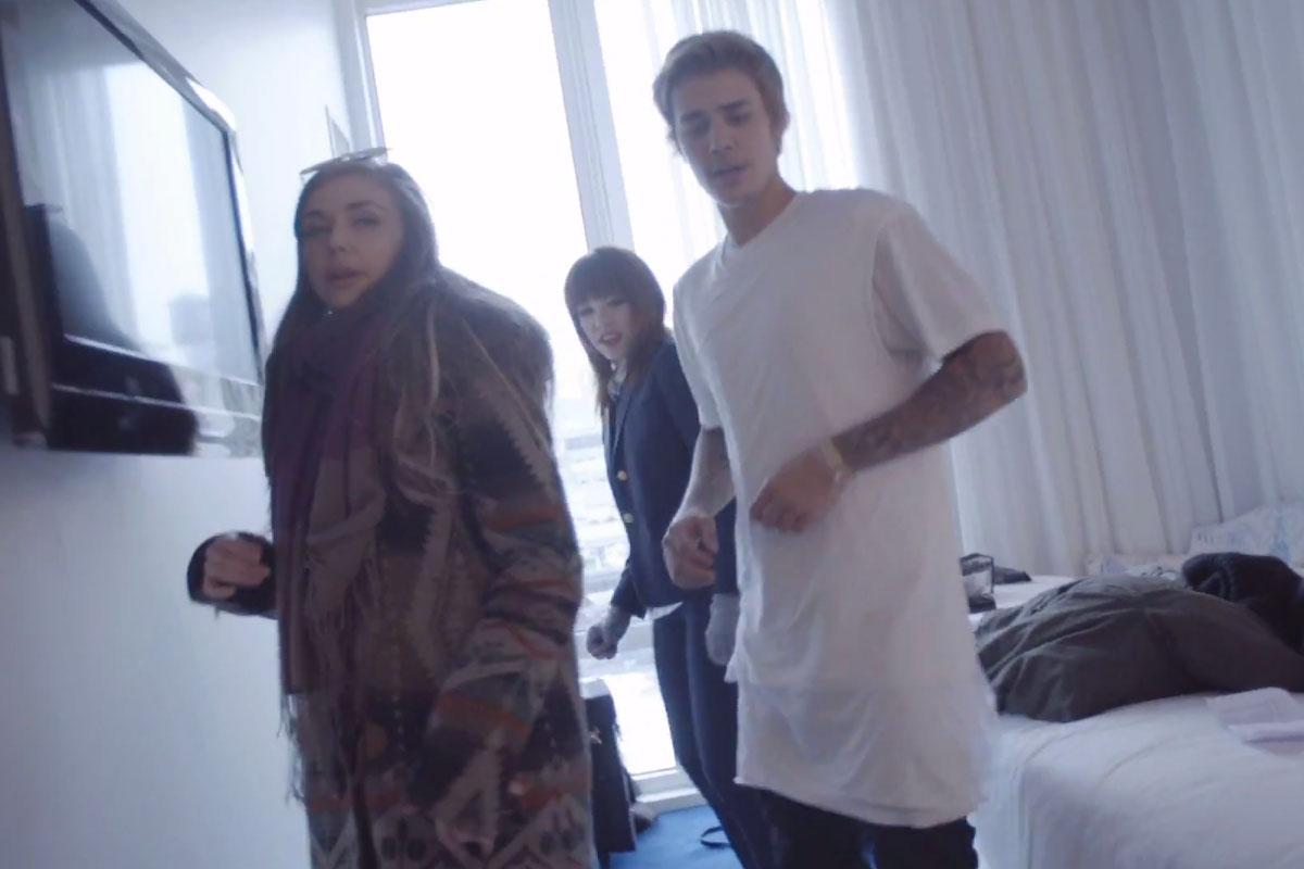 .@JustinBieber learns dance moves, Tom Hanks is adorable in #IReallyLikeYou BTS video: http://t.co/HJTIHHOCtr http://t.co/ooT7xIZ99I
