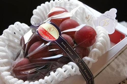 Spesi 10mila euro per un grappolo d'uva a bacca rossa Ruby Roman Ishikawa in Giappone