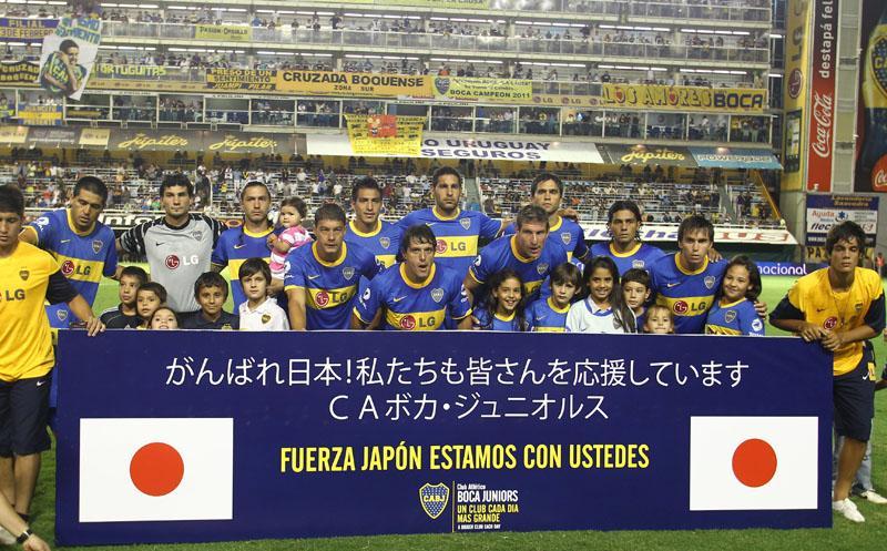 あれから4年。いつもなら黙祷中も騒ぎ続けるアルゼンチンの暴れん坊のサポーターたちが、東日本大震災の犠牲者の方々への追悼ではどのスタジアムでも一斉に静まり返ったことを思い出します… Photo @javiergama http://t.co/zDnXslFjvn