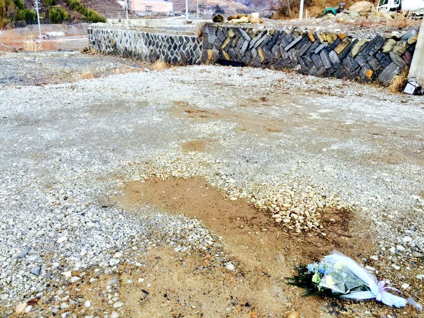 女川に津波の第1波が来た3時32分に祖父の遺体が見つかった自宅跡地で毎年黙祷を捧げます。 町民800人以上の命を奪ったのは、地震ではなく津波です。 後世に被害を伝えるのなら、この災害を『東日本大津波』と称すべきだ、といつも思います。 http://t.co/N2Pu9vA2cg