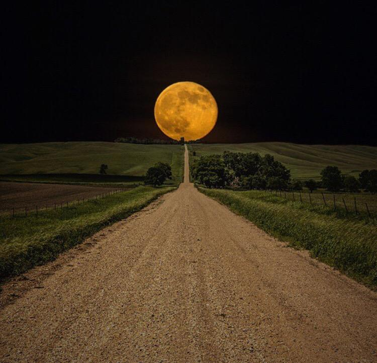 A road leads to a super moon over South Dakota #travel #USA http://t.co/noEAX3Mj2T