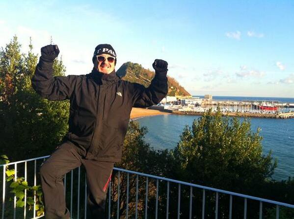 """Karlos Arguiñano: """"Egun on, buenos días. 0º grados, ni frío ni calor… ¡Aupa La @RealSociedad! http://t.co/z0CbrdVoqA"""
