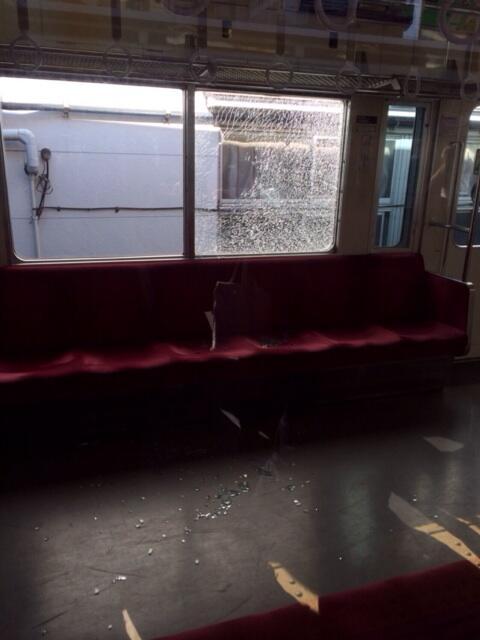 向ヶ丘遊園辺りで子供が電車に向かって石を投げたらしく、窓ガラスが割れて電車が運行停止になってしまった…こんな事は初めてだ。