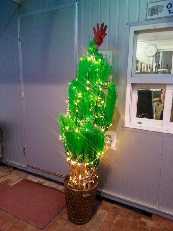 코미디 철가방 단원들이 만든 빗자루 크리스마스 츄리~ http://t.co/dcb9zLGsy2