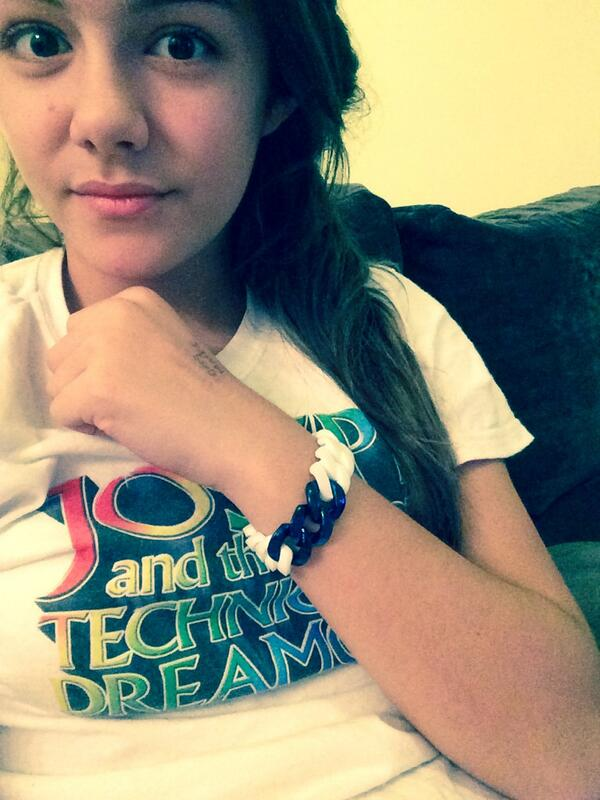 @MaisieLily_xx with her @Curbbz bracelet ✌️x http://t.co/alTrhm16Ch