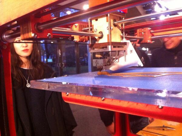 #nk1314 http://t.co/kxWojeOK8G demonstriert wie 3D Drucker Welt und Konsumverhalten verändert. @_Netzkultur @bpb_de http://t.co/HswVX9Fu1a
