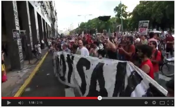 ブエノスアイレスでのモンサントでていけデモの横断幕が異常に大きい!空からでも見えそう! http://t.co/gKLkMJUwhZ