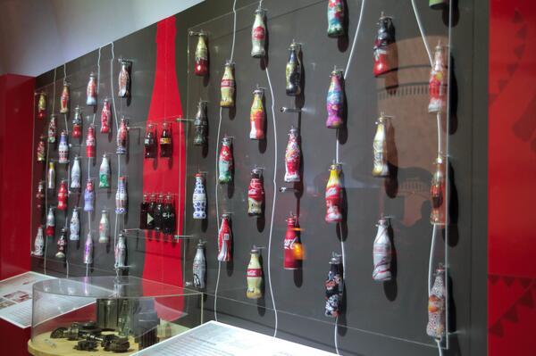 Hayata #bidünyamutluluk katmak için tasarlanmış birbirinden renkli Coca-Cola şişeleri Coca-Cola Dünyası'nda. http://t.co/1DeDkVjKsn