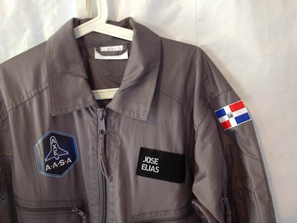 Este traje me lo tengo que poner al medio día, noten las insignias... :) #ApolloAstronautAcademy http://t.co/QlclOdHQ7g