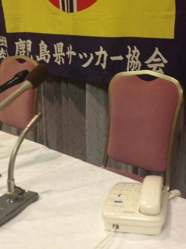 まもなくJFLより入電予定です。 この電話がなるのを待っています。 会見場がしーんとしています。 http://t.co/62cxp32zqQ