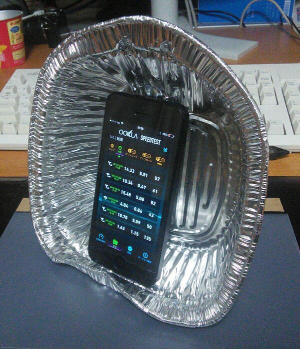 iPhoneのLTE速度計測したんだけど、うどんのアルミ鍋をパラボラアンテナにするとけっこう差が出てワロタ。リザルトの上から3つがアルミ鍋あり、なし、あり。 http://t.co/fQb7ERkJcH