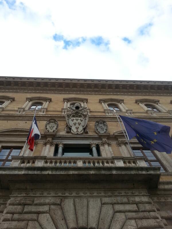 Bandiera a mezza asta all'Ambasciata, in omaggio a Nelson Mandela cc @francediplo http://t.co/dy5LnP0ReB