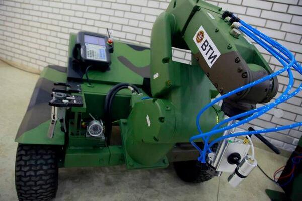 トロ(セルビア語でТОРО)。セルビア共和国にあるMTI(軍事技術研究所)によって設計されたEOD(爆発物処理)ロボット。ロボットアームを動かして兵士らは離れた場所から安全に爆発物処理を行える。六輪型とのこと。