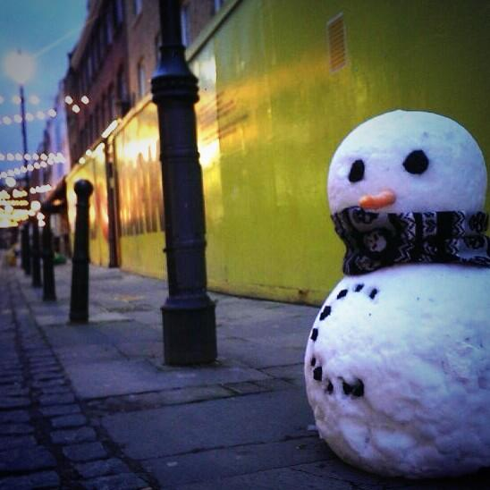 Well this is awesome. Real snowmen are popping up all over Clerkenwell. Hats off to our friends @Naked_Comms http://t.co/dUC5JheEsw