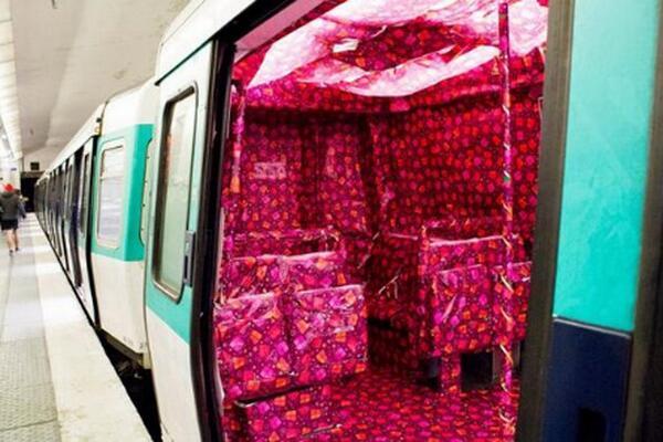 Un inconnu tapisse une rame de métro avec du papier cadeau http://t.co/wFRIBMViah http://t.co/onUOZlRn7B