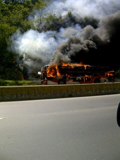 Autobus quemandose en la GMA sentido guarenas a nivel de helipuerto no hay paso bajando 12:30 http://t.co/q7KZzqea5U