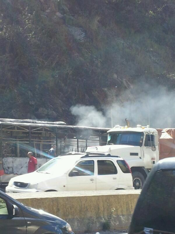 via @ivanrrr:  fuerte cola bajando la Gma autobus quemado http://t.co/if3mWPWkZJ #Miranda