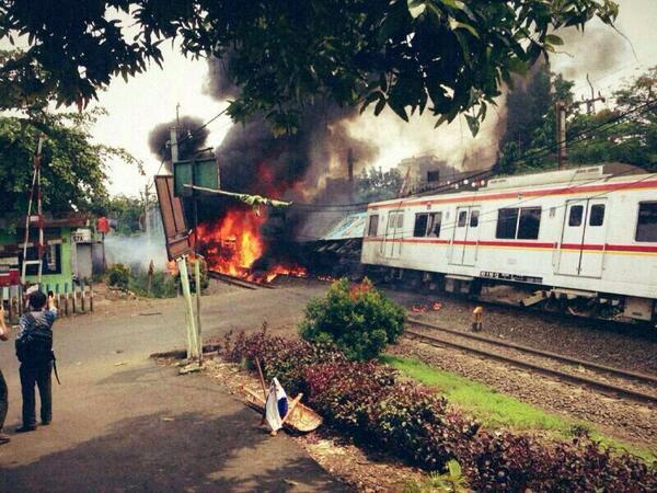 Tabrakan antara kereta api dan truk tangki bahan bakar di #Bintaro #Jakarta http://t.co/blEtwAFtmN
